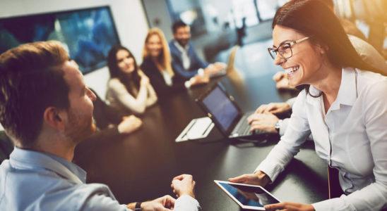 Šťastní a spokojení zaměstnanci v práci