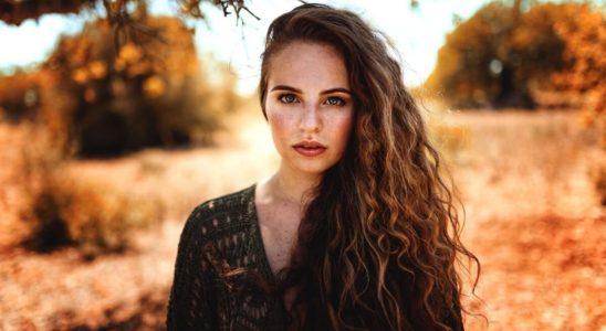 Žena s vlnitými vlasy