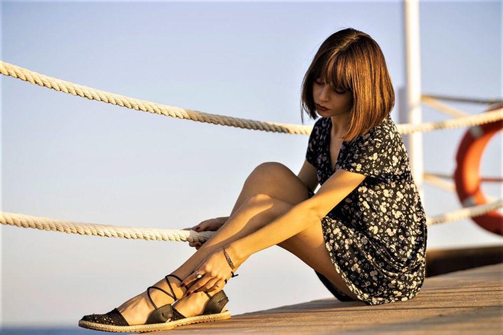 Žena v letních šatech na molu