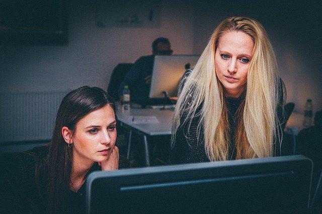 Ženy pracují u počítače