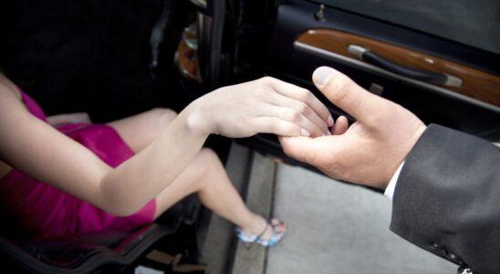 Muž pomáhá ženě z auta