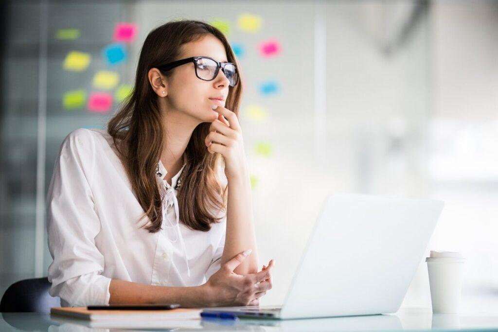 Přemýšlející podnikatelka nad nápadem úspěšného startupu